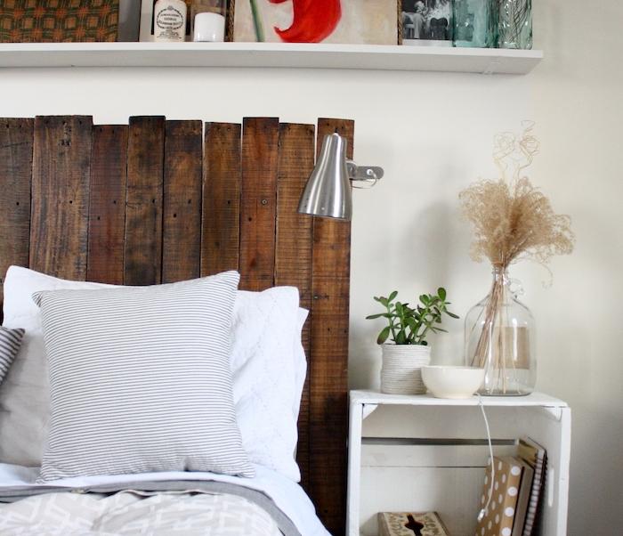 tete de lit a faire soi meme en lattes de bois, linge de lit blanc et gris, table de nuit en cagettes blanches, etagere blanche avec accessoires décoratives