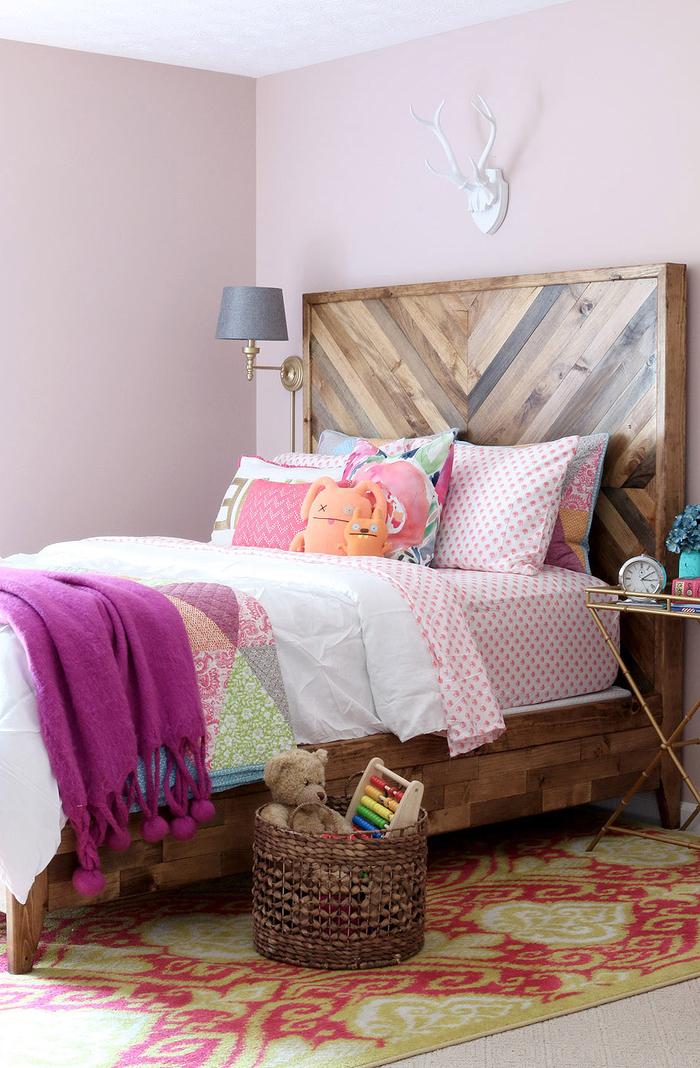 idée relooking à petit budget pour la chambre d'enfant, fabriquer tete de lit en bois recyclé à motif chevron pour créer un joli accent en bois dans l'ambiance colorée de la chambre ado