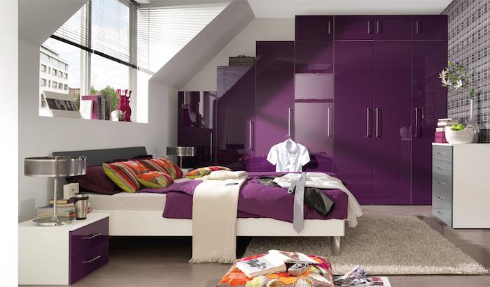 chambre design blanche et prune, meubles mauve pour chambre adulte