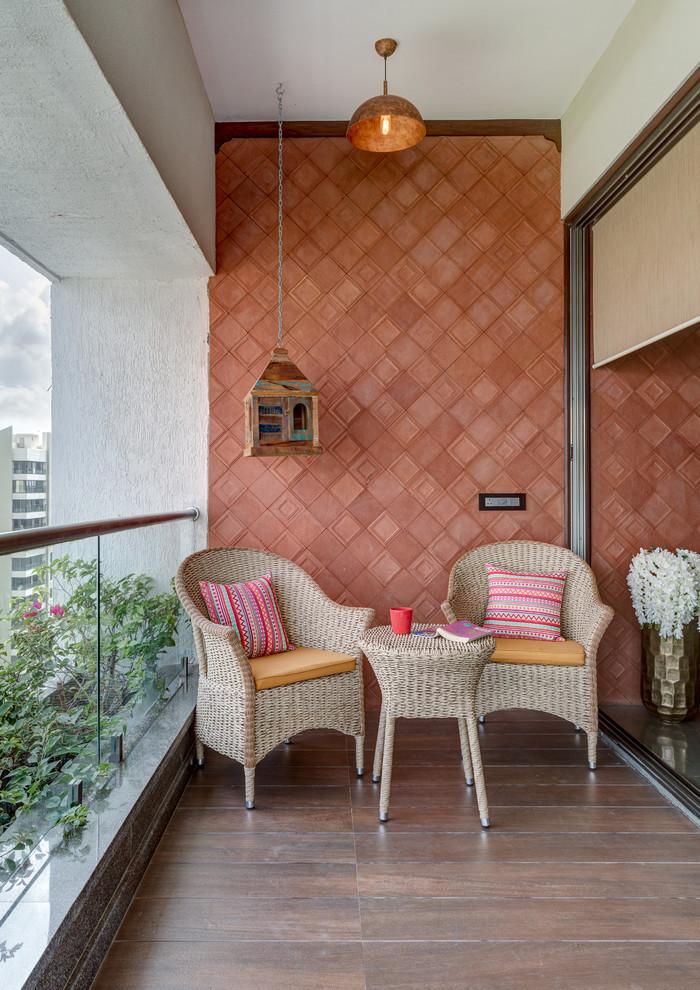 idee pour amenager un balcon long, terrasse appartement sur plancher, cabane à oiseaux suspendue, lanterne exterieure de balcons