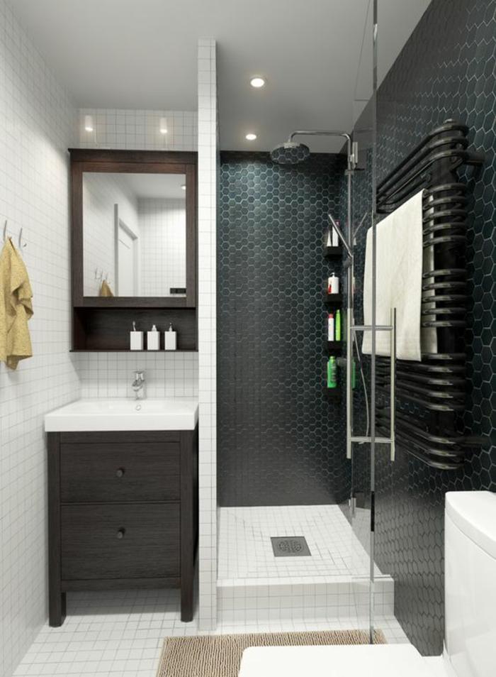 aménager une petite salle de bain, carrelage mural de la douche en vert et noir de type mosaïque, coin lavabo avec lavabo rectangulaire blanc, meuble couleur taupe, carrelage du sol en blanc