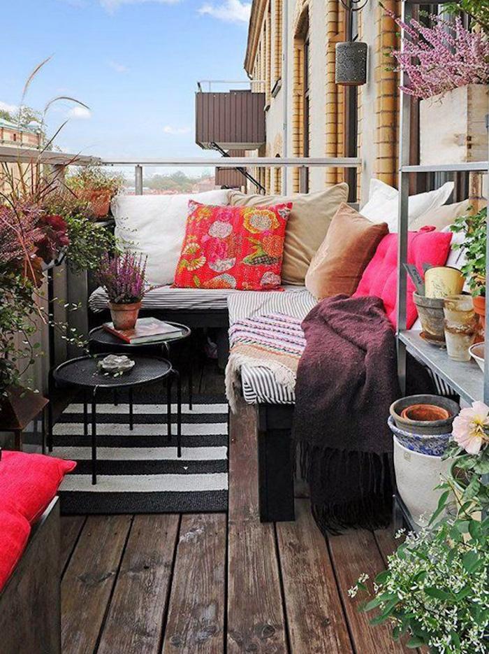 petit balcon aménagé comme un salon, canapé et coussins en couleurs pour terrasse