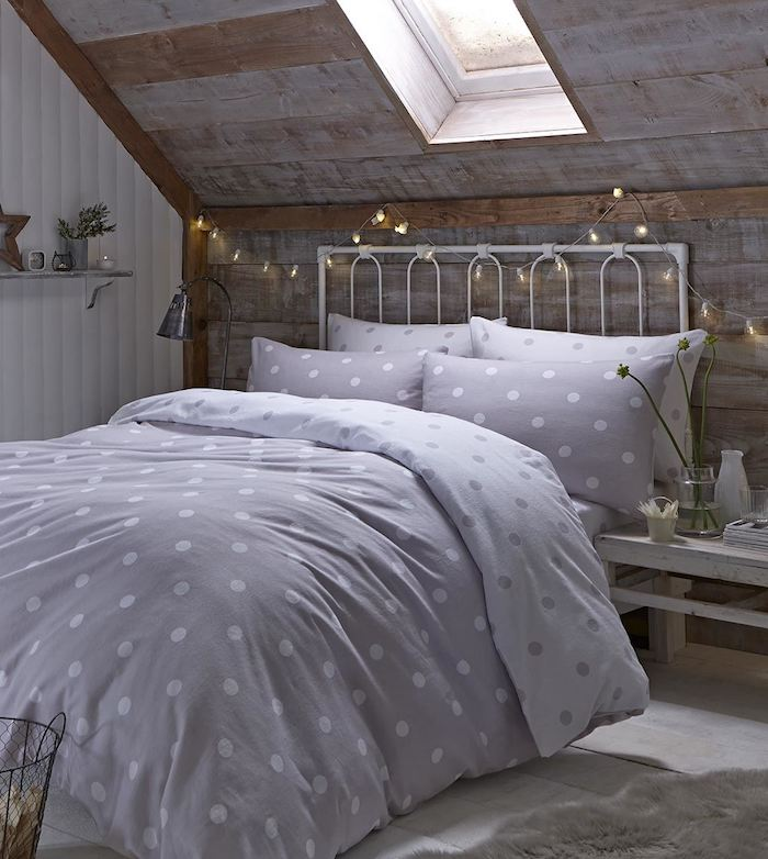 deco chambre sous pente, mur en lambris bois, lit metallique blanc, linge de lit gris et blanc, parquet gris clair, faire une tete de lit en guirlande lumineuse