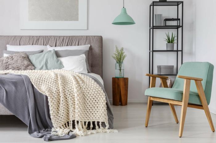 chaise en bois et textile, lit avec plusieurs plaids, tête de lit couleur taupe, chevet tronc de bois
