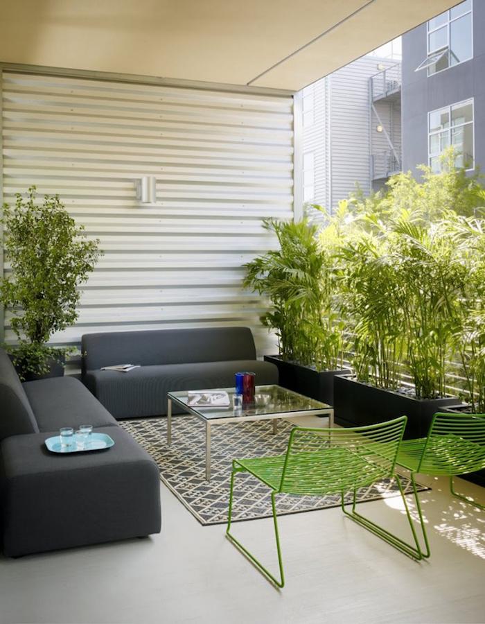 decoration minimaliste pour balcon d'appartement type scandinave, canapés de terrasse, salon exterieur et jardiniere pour bambou