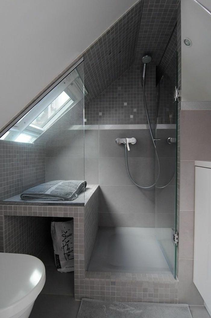 idee salle de bain petite surface, tuiles mosaiques gris, fenêtre en pente, banquette de salle de bain