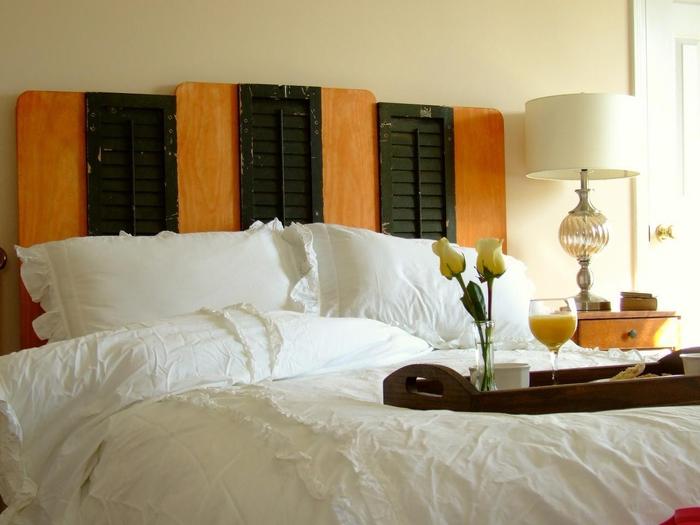 idée pour une déco récup dans la chambre à coucher, faire une tete de lit à partir d'anciens volets récupérés en vert et bois naturel