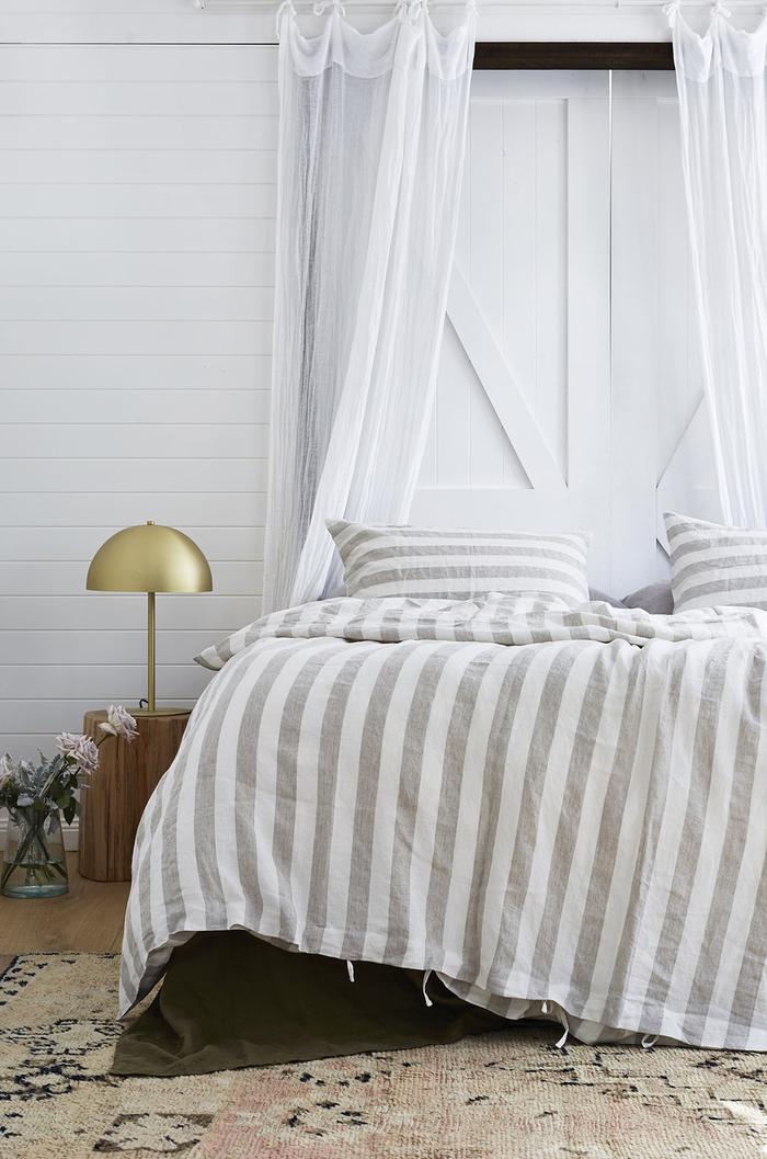 une porte de grange blanche recyclée en tête de lit de fantaisie, idée pour une tete de lit a faire soi meme