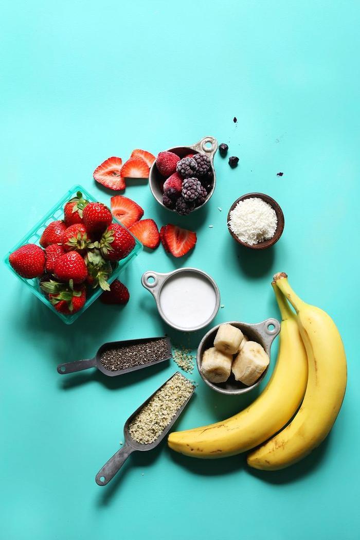 recette vegan de smoothie bowl aux fruits rouges et banane, smoothie bowl recette expresse préparée en moins de 5 minutes