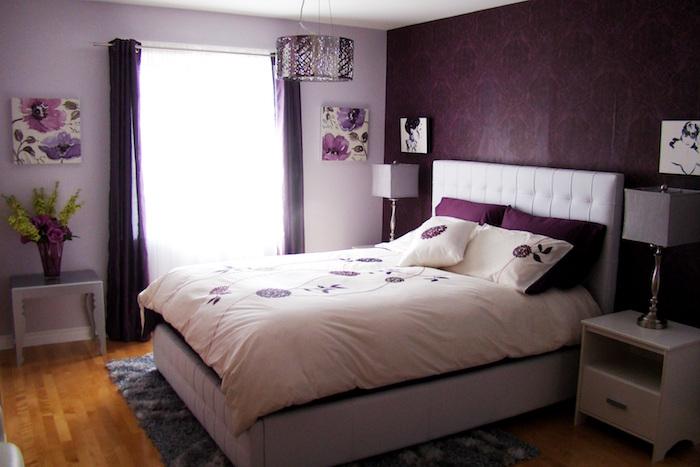 modele chambre avec tapisserie couleur prune, comment décorer une chambre en violet