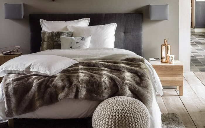 lit cosy, pouf moelleux, plancher en bois, coussins blancs, petit chevet en bois
