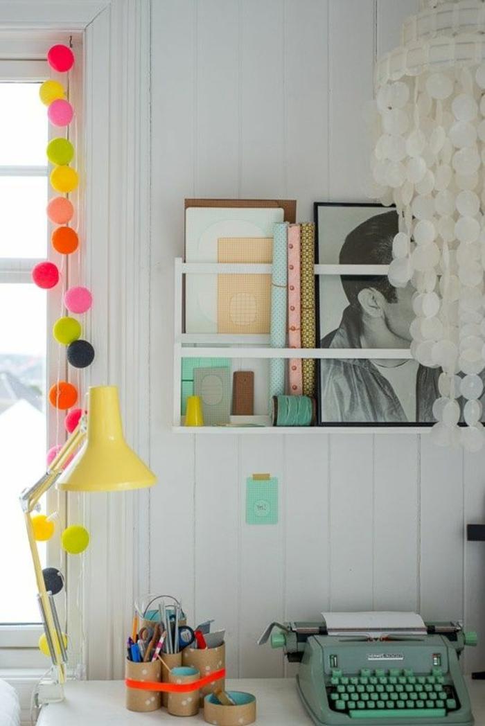 déco chambre étudiant, chambre 9m2, guirlande de pompons en couleurs vives, bureau blanc, machine à écrire en couleur pistache,