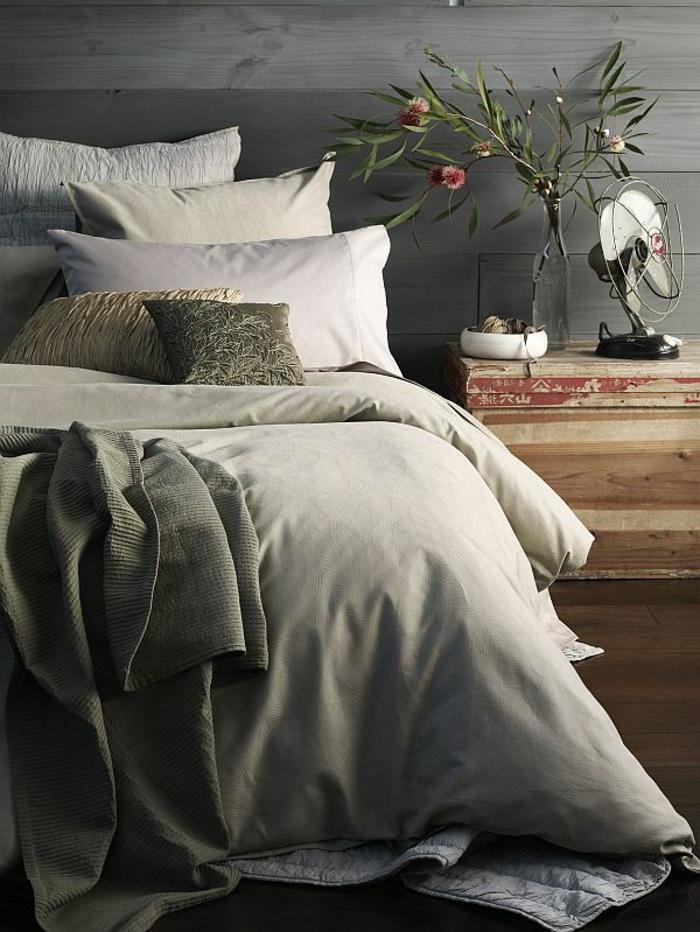 murs en planches de bois, idée déco chambre adulte, petit chevet en bois, décoration florale