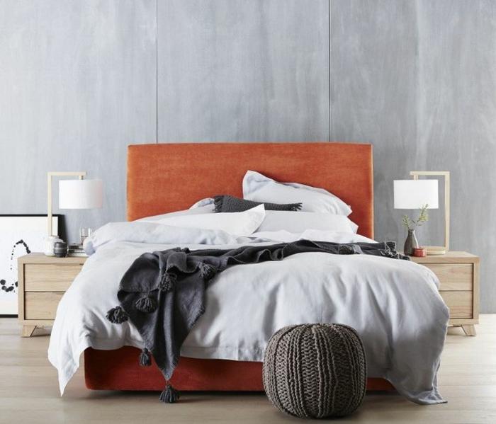draps de lit gris pâles, pouf tricoté, cadre de lit orange, mur gris, chevets en bois, deco cocooning
