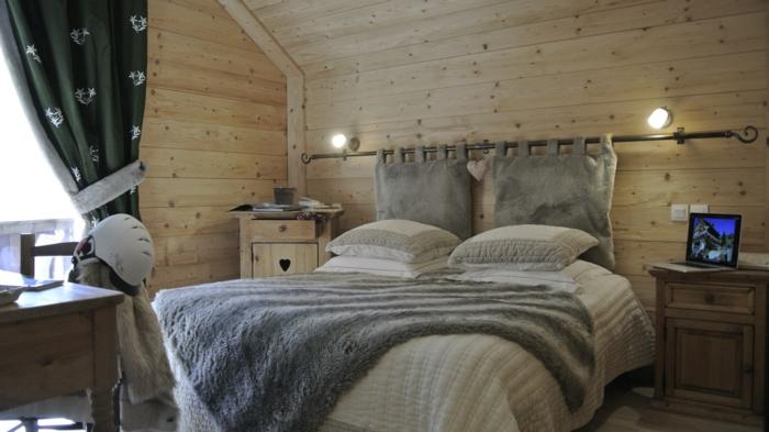 intérieur cocooning en bois, style chalet avec bois, tissus moelleux et fourrures
