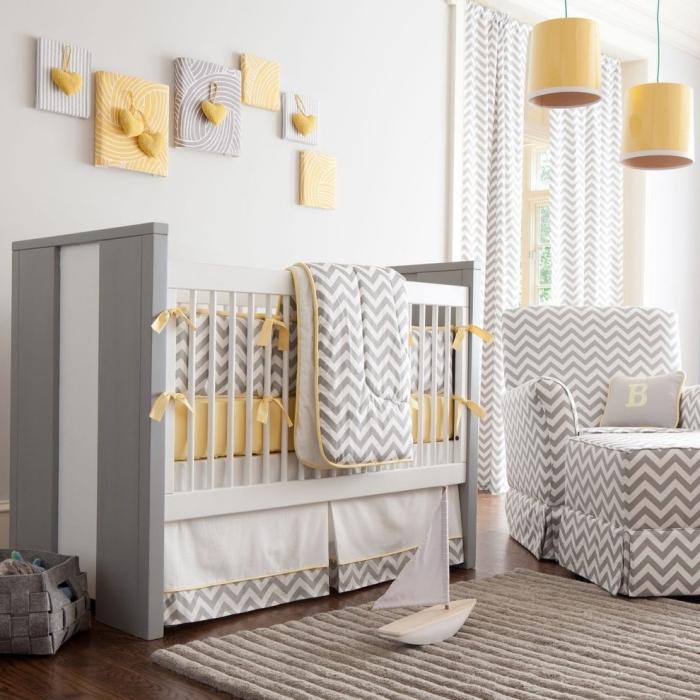 motifs géométriques sur le lit et le fauteuil dans la chambre bebe pastel jaune, lampes suspendues de couleur jaune avec corde verte