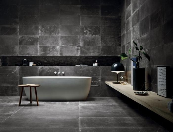 déco de salle de bain foncée sans fenêtre pour une ambiance relaxante, accessoires en noir mate sur étagère en bois clair