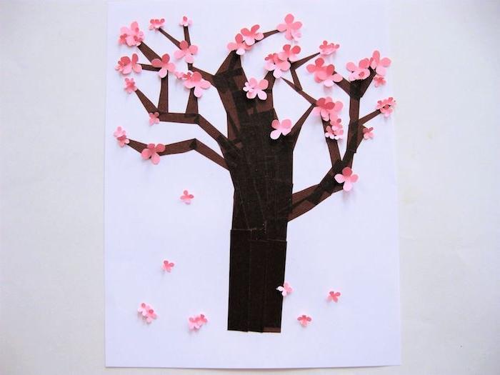 tronc en papier marron avec des fleurs roses sur un arbre appliquée sur papier blanc, activité manuelle 6 12 ans