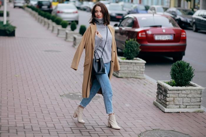tenue promenade en ville avec jeans clairs et bottines de cuir blanc à combiner avec un pull gris et manteau long