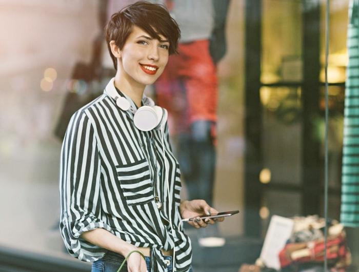 style casual chic avec chemise et jeans, coupe de cheveux femme court de couleur marron avec mèches longues éffilées
