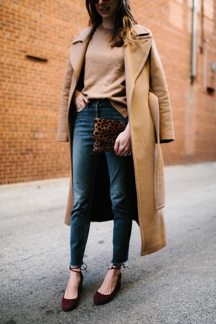 balayage blond sur cheveux longs et bouclés, tenue chic femme en blouse beige et jeans foncé