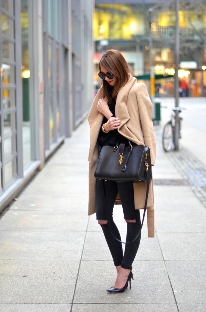 modèle de sac à main de cuir noir et or, femme stylée en pantalon troué noir et chaussures noires à talons hautes