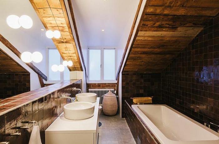 salle de bain mansardee, lampes pendantes, grande baignoire intégrée, carrelage noir luisant