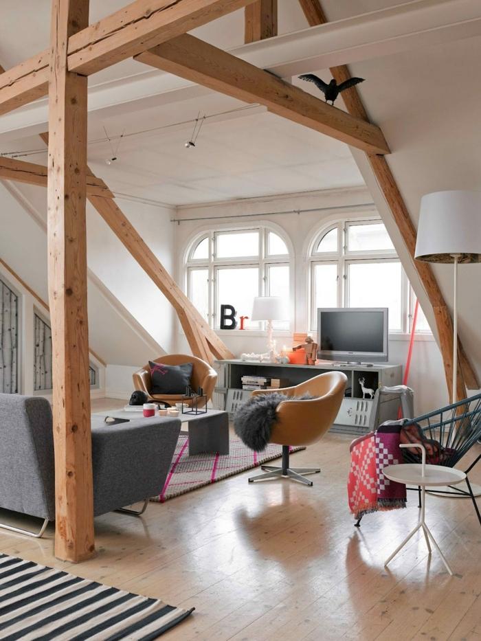 aménagement des espaces attiques, chaises en cuir, canapé moderne gris, lampe de sol