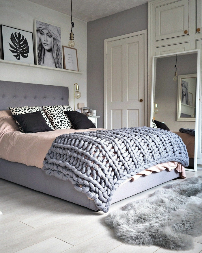 chambre adulte deco, fourrure grise, plaid tricoté, coussins déco, art mural, armoire blanche, grand miroir