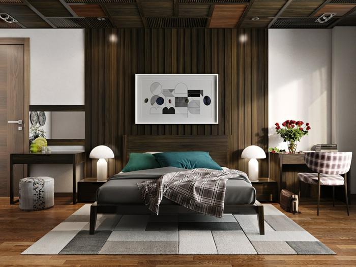 tapis patchwork, lit en bois, deux bureaux, chaise en bois et tissu, peinture abstraite