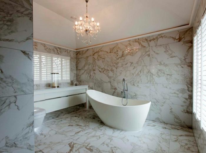 salle de bain attique, baignoire élégante, joli chandelier, meuble vasque blanc