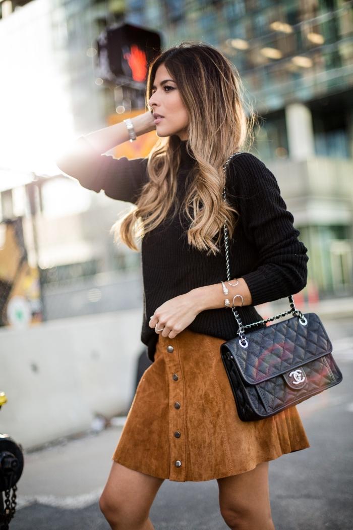 comment être bien habillée avec une jupe de velours camel et pull noir, coiffure de cheveux longs bouclés avec balayage blond