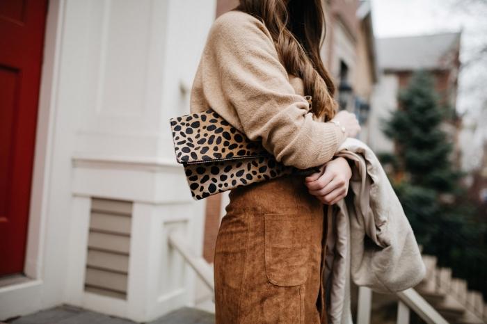 modèle de pochette à design beige et noir combiné avec jupe camel en velours et blouse beige femme