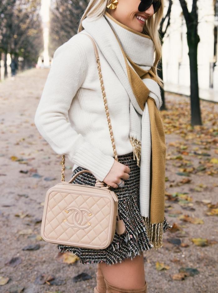quels accessoires choisir pour une tenue en blanc et noir, bijoux en or avec une écharpe blanc et camel, femme aux cheveux longs et blonds