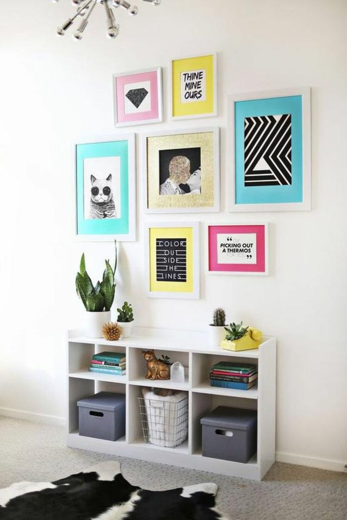 murs blancs, cases étagères, decoration interieur appartement, tableaux avec des cadres blancs et des motifs pop art, luminaire en forme de soleil avec des rayons