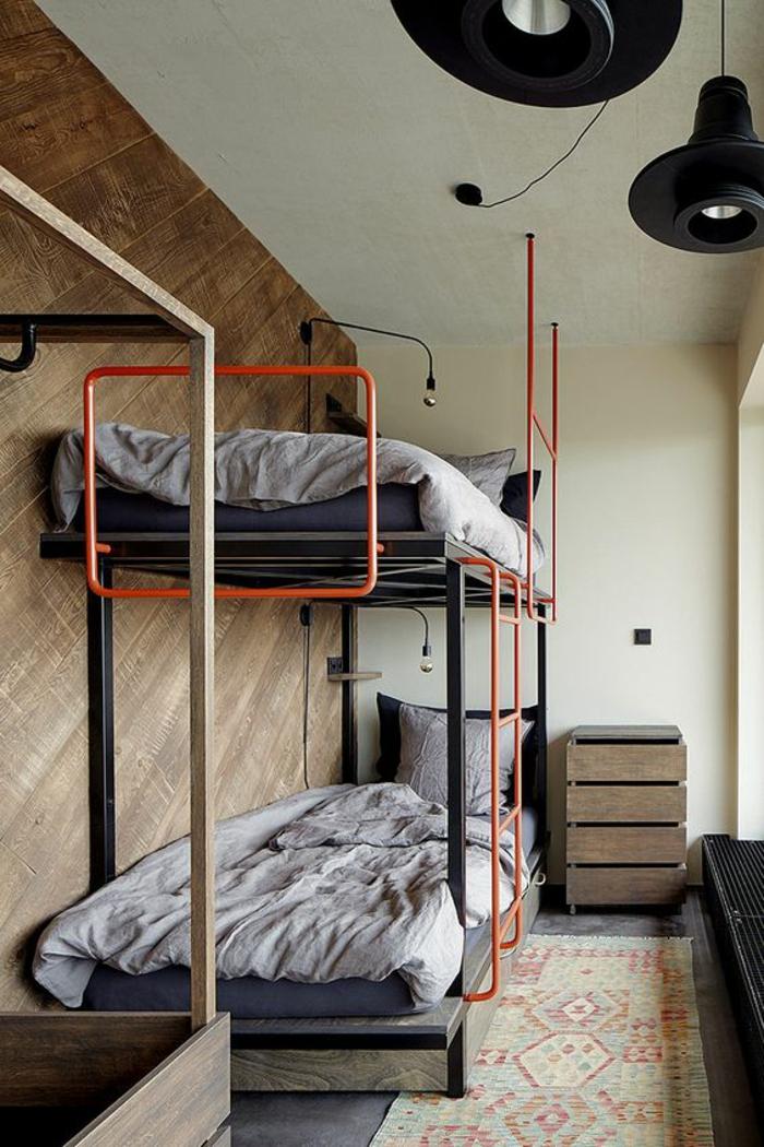 déco chambre étudiant, chambre 9m2, deux lits superposés, grands luminaires ronds en métal noir, parties métalliques orages et noires sur les lits