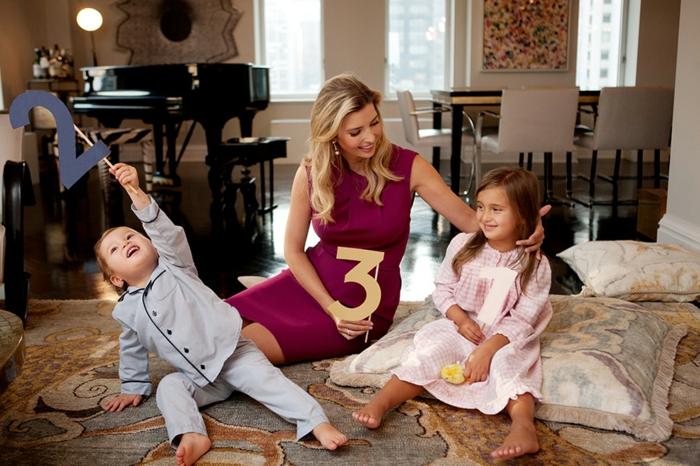 photographie amusante pour annoncer la grossesse à la famille, maman avec ses deux enfants