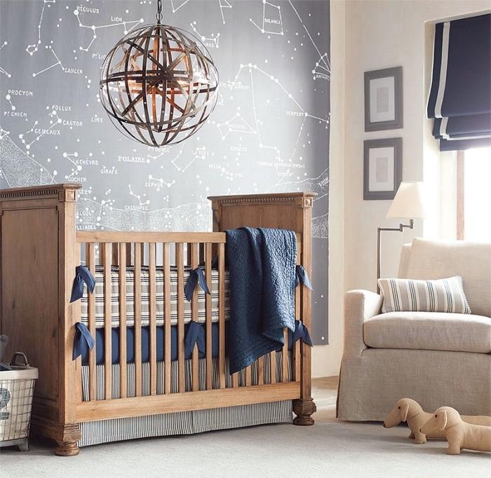 exemple de chambre bébé en couleurs naturelles avec peinture murale grise et modèle de lit à barreaux de bois marron