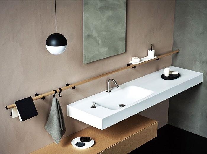 meuble salle de bain de bois clair, déco avec accessoires noir matte et blanc, déco salle de bain en couleurs neutres