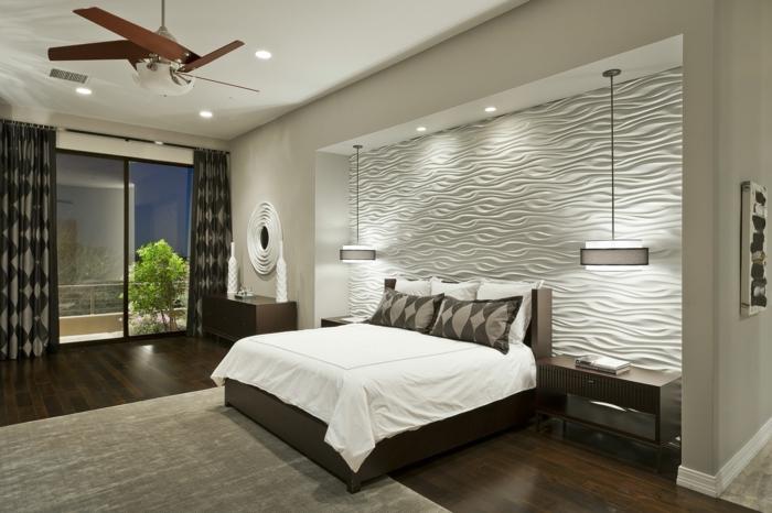 décoration murale chambre blanche, tapis beige, sol en bois, lampe ventilateur, chambre à coucher spacieuse