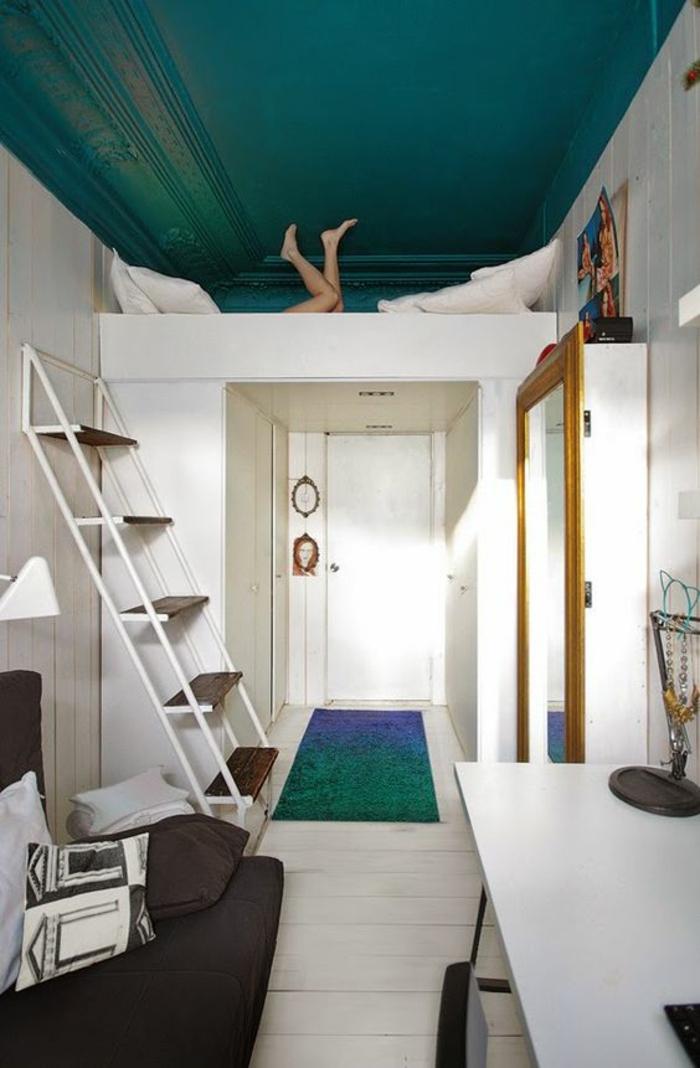 déco chambre étudiant, aménager chambre 9m2, plafond en vert canard en style baroque, parquet blanc, bureau blanc, canapé noir