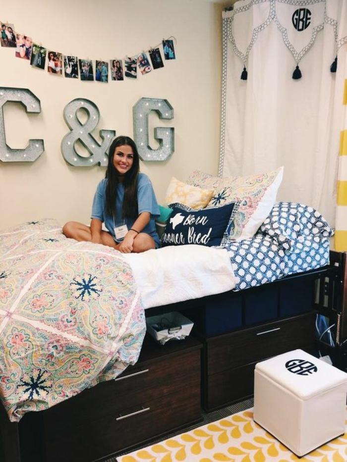 chambre 9m2, déco chambre étudiant, tapis en blanc et jaune, rideaux en blanc et bleu marine, photos suspendues sur un fil au mur
