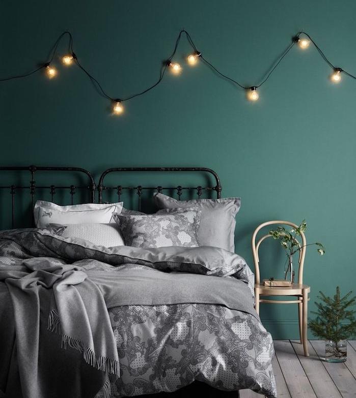 chambre à coucher design, quelle couleur avec le gris, linge de lit gris, lit metallique, guirlande lumineuse decorative, parquet bois foncé