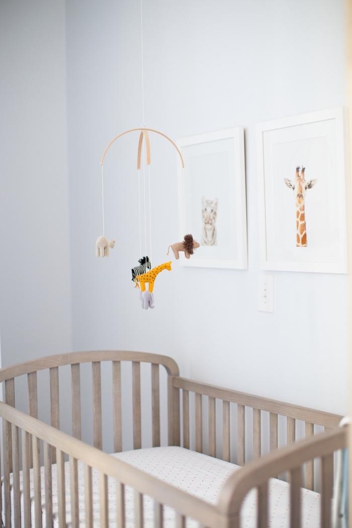 deco chambre à design minimaliste et épuré avec peinture bleu clair et cadre photo à motifs animaux, modèle de lit à barreaux de bois