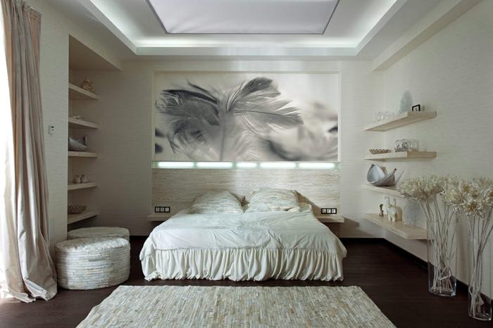 tapis beige, tabourets ronds beiges, photographie artistique, quatre rayons muraux en bois
