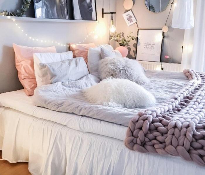jeté de lit grosse maille, coussins décoratifs, ambiance scandinave en couleurs claires
