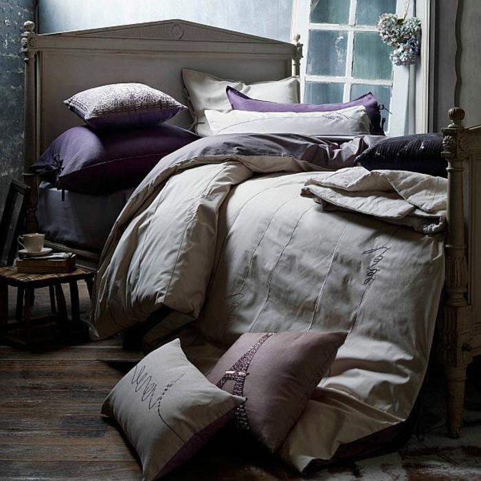 lit gris avec plusieurs coussins, aménagement style shabby chic, petite chaise en bois, chambre adulte déco scandinave