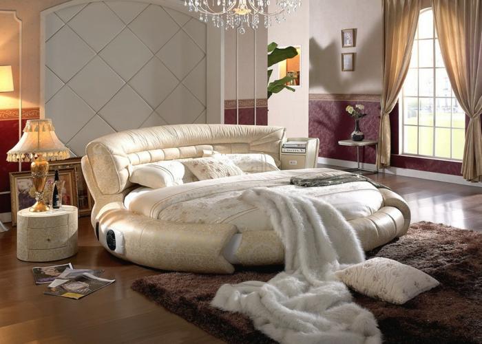 lit couleur champagne design rond, plafonnier pampilles, jeté de lit fausse fourrure, rideaux beiges