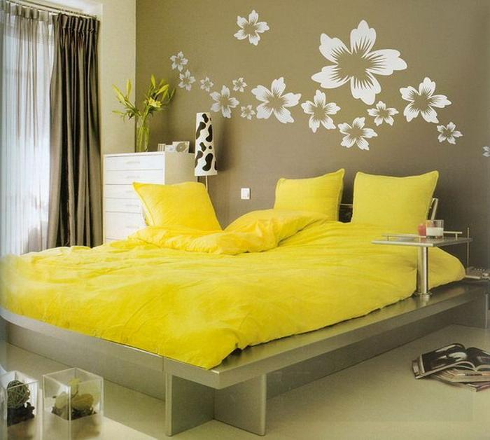 lit plateorme, matelas jaune, design mural original, commode haute blanche