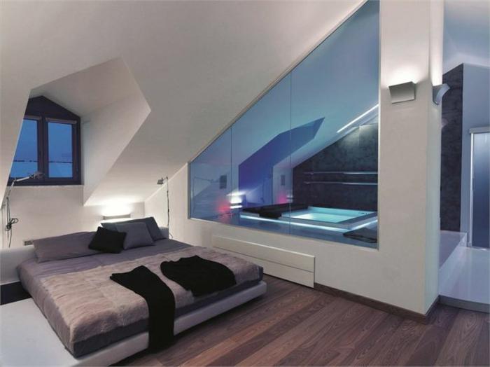 chambre et jacuzzi, amenagement sous pente, grand lit bas, sol en bois, petite fenêtre